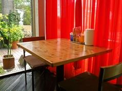 テーブル席:2名×4 ◆ おひとりさまでもお気軽にご来店いただけます。