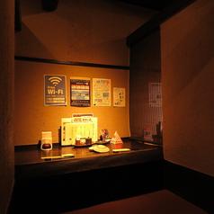 【2名様席】少人数でのご来店も大歓迎です◎昔の日本家屋を思わせるなんとも落ち着く店内。掘りごたつの席でゆったりおくつろぎ下さい。旬の食材を使用した自慢のお料理と豊富な種類のドリンクをお楽しみ頂ける飲み放題付宴会コースを各種ご用意しています。駅近で便利な【わん 湘南台店】♪
