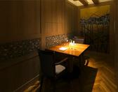 スペースを贅沢に使った2名様向けの個室席です。絵師が手書きした壁の日本画など、大切な方との特別な夜にふさわしい静謐な佇まいのお席です。