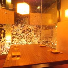 ◆3名様~4名様向け完全個室席◆4名様までのテーブル席個室です。梅の彩色がほどこされた雰囲気ある個室席になっています。女子会やお仕事帰りの一杯、お食事など広く使いやすいお席となっています。お気軽におたちよりくださいませ。