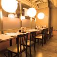 優しい光が灯るテーブル席。人数に合わせてお席をお作りすることも可能です。