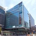 博多駅に直結した阪急ビルとJRJPビルの間KITTE博多の10Fに御座います