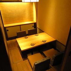 掘りごたつ席。4名様向けテーブル掘りごたつ席となっております。お席を繋げて8名様までの個室としてもご利用頂けます。