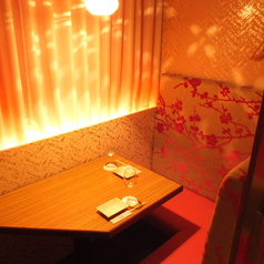 ◆2名様向け半個室席◆テーブルタイプのお席です。二人の距離がぐっと縮まる2名個室も充実!人気のカップルシートでゆったりとお二人の時間をお過ごしください。程よい広さの個室席はお部屋のように落ち着いてお食事をお楽しみいただけます。