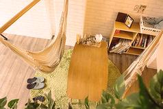 吊り下げ式ハンモックのお席です。すっぽり体が収まって隠れ家みたいで落ち着きます♪
