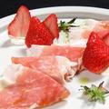 料理メニュー写真パルマ産生ハムと季節のフルーツ