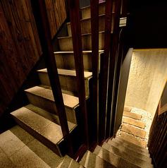階段を下りると、隠れ家風の完全個室フロアに。