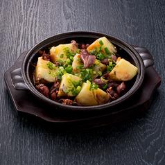 料理メニュー写真ホタルイカとジャガイモの陶板焼き
