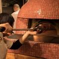 特注の薪窯で高温で焼き上げ…
