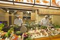 目の前で職人が新鮮素材を調理したり、炙り焼いたりと目でも楽しめるカウンター席