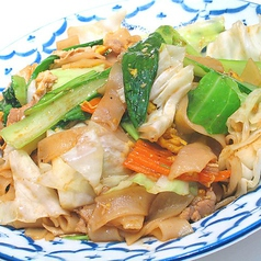 料理メニュー写真タイ醤油風味太麺焼きビーフン「パッ・シィユ」