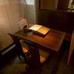 まったりとおしゃべりを楽しめるテーブル席♪お席の間は簾で仕切れるので人数に合わせてご利用いただけます。
