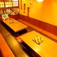 掘り炬燵式宴会テーブル。会社宴会に最適!1列横並びになれる掘りごたつのお席、「少しだけ」仕切られただけの半個室などで社内のコミュニケーションも円滑に♪最大人数は80名様までOKですが、もう少し少人数のお集まりにもお使いいただけます。もちろん80名様フルならお店丸ごと貸切もご相談ください!