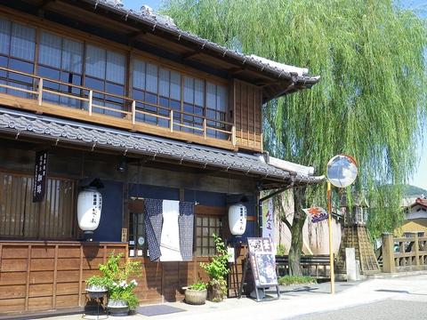 旧中山道・鵜沼宿の中ほど、昭和初期に建てられた商屋を改修した趣ある建物のお店。