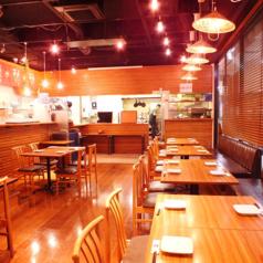 【店内】テーブル席 解放感あるガラス張りと、天井の高い店内。明るい雰囲気でのお食事をお楽しみいただけます。