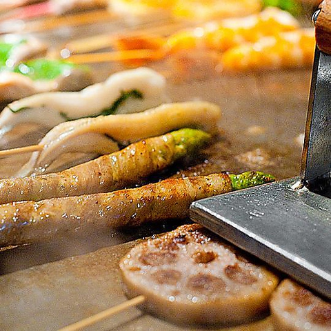 お酒がすすむ♪店主こだわりの鉄板串焼きを愉しむ…多彩な串焼きが自慢!安くて旨い◎