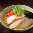 秘伝の焼鳥のつけダレが絶品の『やきとりタレ丼』、鶏の旨味がぐゎーっとつまった名物『鶏塩ラーメン』はラーメン通もうなる味!〆だけではもったいない!鳥ぐゎーならではの旨さです。