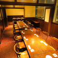 【2階完全個室】木の温もりを感じる広々とした店内にあるテーブル席です。4名様までご着席いただけるテーブルが4卓16名様までご利用可能です。会社帰りのちょっと一杯から職場のご宴会まで幅広くご活用ください。