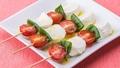 料理メニュー写真フレッシュモッツァレラチーズとプチトマトのカプレーゼ