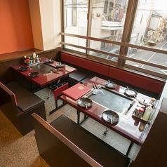 2階は4名様用のテーブル席が全部で9卓!壁側はベンチシートになっているので、ゆったりとお座りいただけます。お子様連れには最適です。忘年会、新年会でもぜひご利用ください!