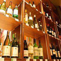 専用ワイン棚にはイタリア直輸入ワイン等70種以上