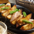 料理メニュー写真鉄板 豚のトントロ肉と揚げじゃがいものバター醤油