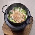 自慢の鉄釜炊き飯は、ご注文いただいてから一つ一つ丁寧に炊き上げています。のどぐろ、天然鯛、越の鶏の中からお好みでお選び頂けます。こちらの海鮮を一度炭で炙ってから炊き上げておりますので、香ばしく旨味たっぷり。〆には出汁茶漬けとしてお楽しみ頂けます。虎連坊秋葉原店の自慢の鉄釜炊き飯をお召し上がり下さい!