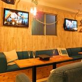 ◆ソファー席(~10名様)◆テーブルに大きく書かれた「YANEURA」の文字が目をひくソファー席。店内の奥に位置しているので、ゆっくりと食事を楽しめます。