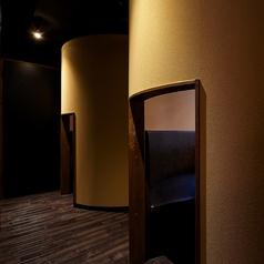 2室限定!2名様用かまくら完全個室!2名様でもゆったりと座って頂ける設計になっております。誕生日や記念日などのアニバーサリーには是非ご利用ください。2室だけの人気なお席ですのでお早めのご予約がおすすめです。