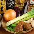 一品ずつ店主が目利きして旨いと思った食材のみを採用しました。野菜は地元三島野菜を魚介は北海道からお肉はシロコロの本場・神奈川県厚木市より直送!大阪の味を静岡で愉しめます。その食材を一本一本職人が魂込めて揚げています。「秘伝のソース」は串揚げにあうように職人が作り上げた自慢のソース♪