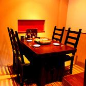 ゆっくりとお食事をお楽しみいただける半個室のテーブル席。
