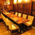 接待・会社宴会にぴったり!12名様向けのテーブル席。【比内地鶏】を始め、逸品料理や全国からの銘柄地酒を楽しめるコースをたくさん用意しています。仙台駅と隣接するエスパル仙台の地下1階にあるので、アクセス抜群の和食居酒屋です。ぜひ宴会にてご利用ください。