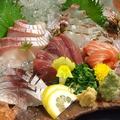 料理メニュー写真鯛焼き霜造り、大間本マグロ造り、ウニ造りさばのキずし、サーモン造りオコゼ造り、