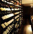 各国ワインが立ち並ぶワインセラー!オーガニックワインも豊富に取り揃えております。