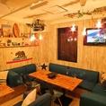 ◆ソファー席(~12名様)◆ペンダントライトとレザー調のソファーがラグジュアリーな雰囲気を漂わせる店内。ソファー席には12名様までご着席が可能です。同僚との飲み会や気軽な集まりにもぜひ。