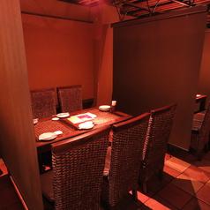 2Fテーブル席 4名様までご利用いただけます。ソーシャルディスタンスの観点で、パーテーションを使い半個室風に。