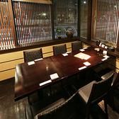 2階の窓から桜通沿いを見渡すことができる、落ち着いたテーブル席。接待や宴会だけでなく、合コンやデートにも落ち着いて利用できるテーブル席です。広々としたつくりとなっておりますので、開放感も感じられます。幅広いシチュエーションにマッチするお席です。