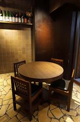 円卓なので隣り合って座ればカップルでも楽しめます。