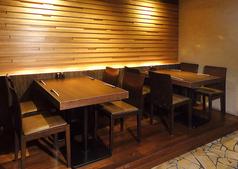 広いテーブルはいろいろ料理を楽しむのにぴったり。
