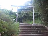 素戔嗚尊の御神魂が鎮座されているとされるパワースポット「神蹟 隠ケ丘」が近くにあります。
