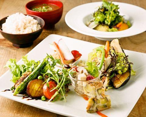 季節野菜のハーモニー。野菜が主役の体に優しいレストラン♪