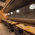 【テーブル席/2名~16名様】店内奥に位置するテーブル席は、プライベートな空間は気の合う仲間たちとの飲み会に最適です。