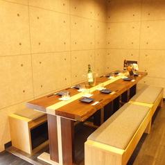 大勢でも少人数でも♪ワイワイテーブルを囲んで自慢の京赤地鶏の一品をお楽しみ頂けます。スペースは広々しているのでゆっくり過ごせますよ!宴会・女子会・飲み会など気兼ね無く立ち寄っていただけます。