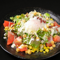 料理メニュー写真温玉とカリカリベーコンのシーザーサラダ