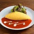 料理メニュー写真たっぷりチーズオムレツ 自家製トマトソース