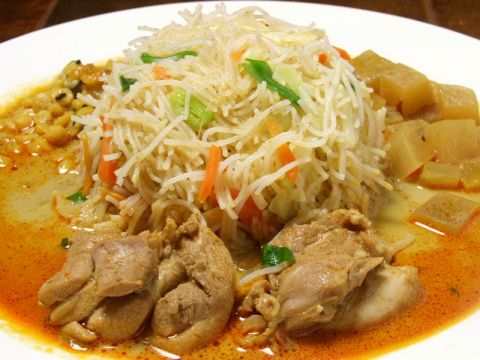 ヌードルカリー:炒めたビーフンに3種のカリー(チキンカリー,ヤサイカリー,豆カリー)