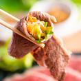 【野菜とお肉のめくるめく無限のループ】巻次郎名物『焼きしゃぶカルビ』薄くスライスしたお肉をサッと焼いて、たっぷり野菜やナムルをお肉でくるくるって巻いて食べる。罪悪感ゼロの新感覚焼肉です!中洲川端付近での焼肉なら巻次郎を是非ご利用くださいませ※全てのコースに野菜盛りがついてきます。