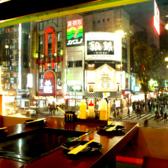 解放感のある大きな窓★新宿の夜景を見ながらお好み焼きやもんじゃ焼の食べ放題をどうぞ♪