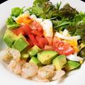 料理メニュー写真アボカドと海老のコブサラダ