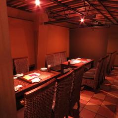 2Fテーブル席 12名様までご利用いただけます。ソーシャルディスタンスの観点で、パーテーションを使い半個室風に。
